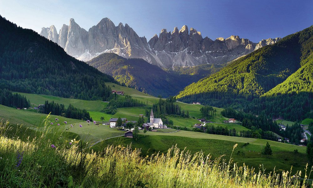 Hiking in Villnöss: the charm of the Dolomites