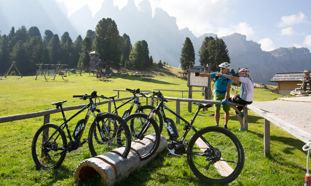 Gite in bicicletta a Funes con mountain bike elettriche