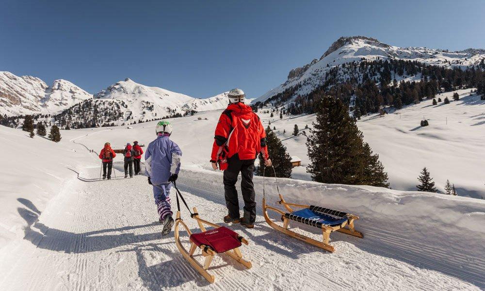 Winterwandern und Rodeln: ein winterliches Vergnügen