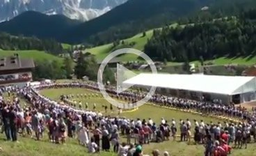 Schuhplattler world record bid on the Proihof's lawn